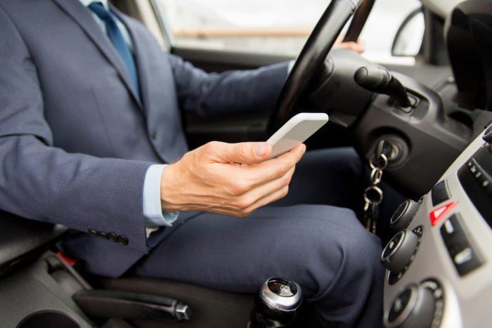 Textear mientras se maneja es una epidemia de proporciones catastróficas