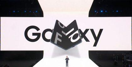 Escenario blanco donde se hizo la presentación del dispositivo. Se ve un hombre presentando y la imagen del Galaxy Fold a su espaldar.