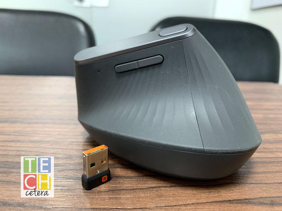 Mouse Mx Vertical y su correspondiente conector USB para emparentarlo al computador