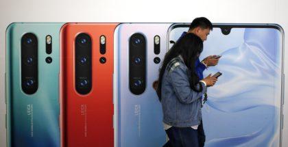 Gente con celulares Huawei