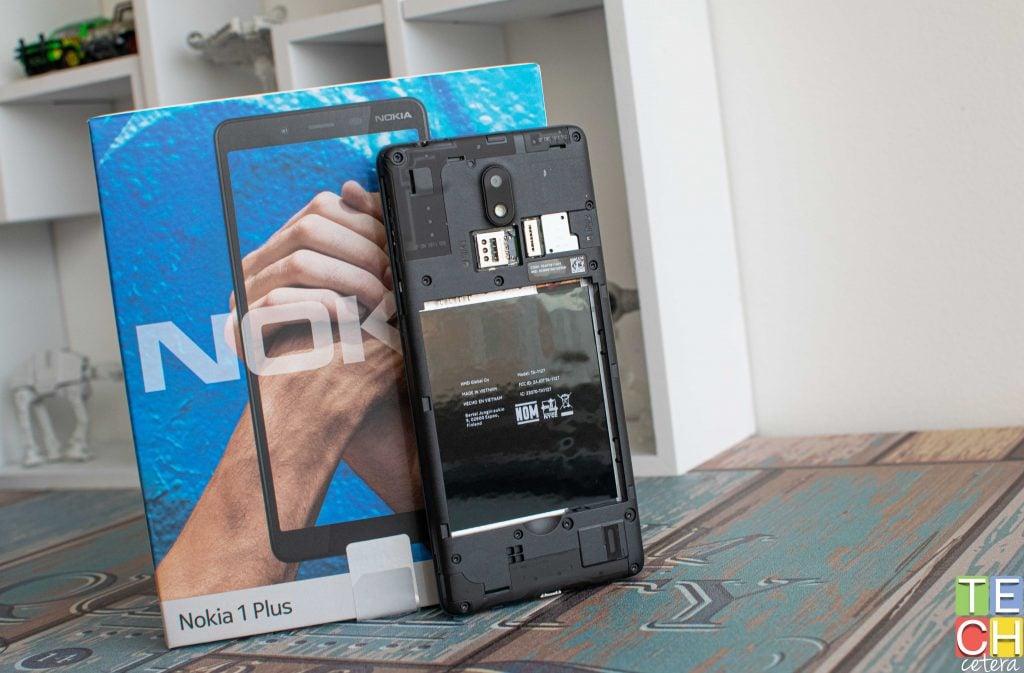 Carcasa destapada y batería del Nokia 1 Plus