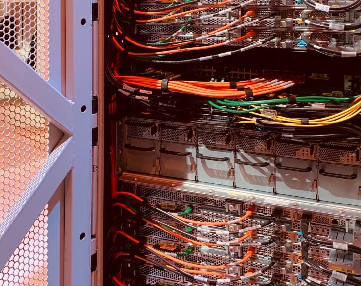 Datacenters de AWS - infraestructura computacional con cables de conexión.