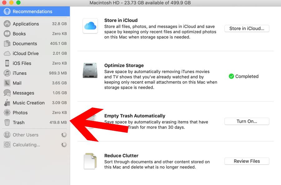 """Menú de archivo del Mac, donde se muestra una flecha roja señalando hasta la pestaña """"papelera de reciclaje""""."""