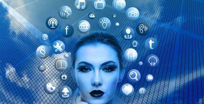 Mujer rodeada de muchos íconos de los servicios que ofrecen los operadores móviles
