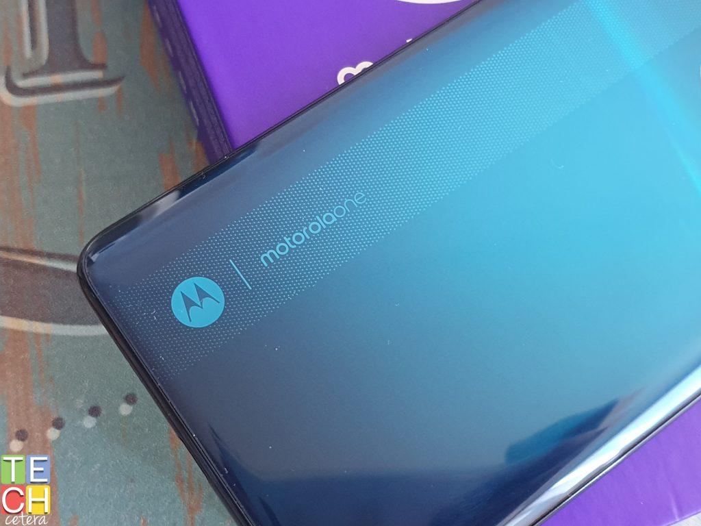 Vista del diseño moderno y color azul degradado del nuevo Motorola