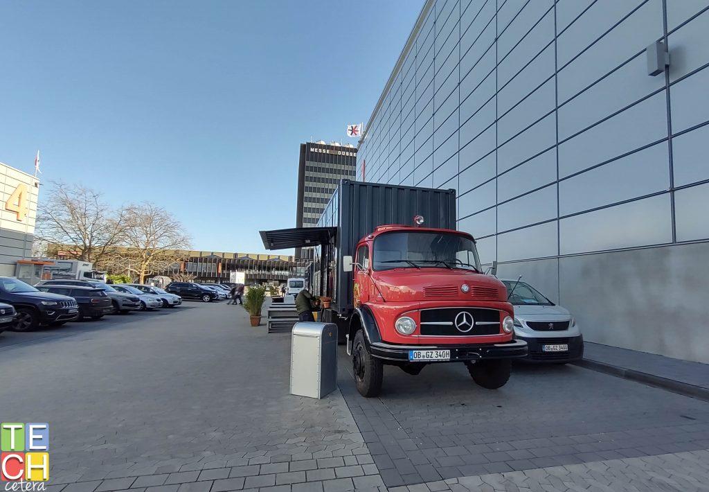 Fotografía de un camión rojo, tomada con Motorola One Hyper