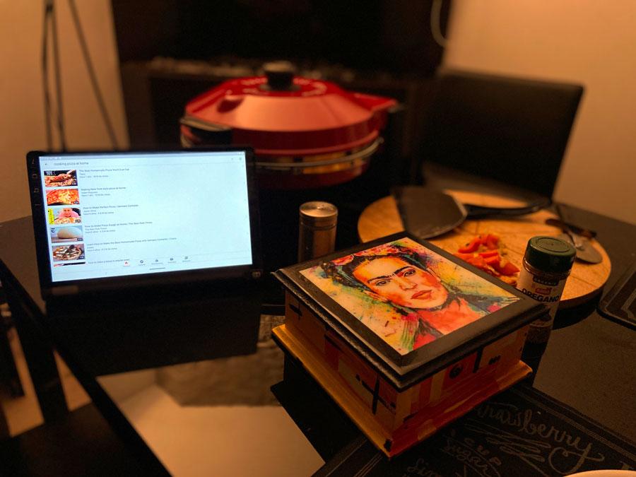 Cocinando con Yoga Smart Tab con Google Assistant