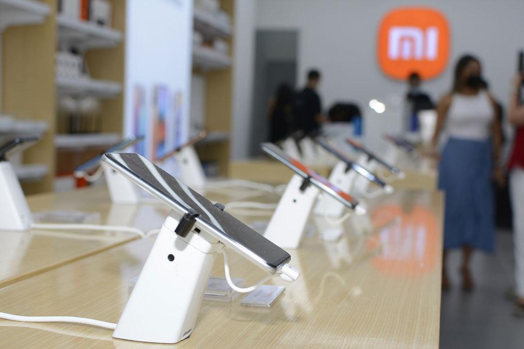 El ambiente de una de las tiendas de Xiaomi Colombia
